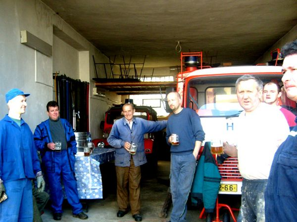 Brigáda u hasičského domu - stavění máje (2008)